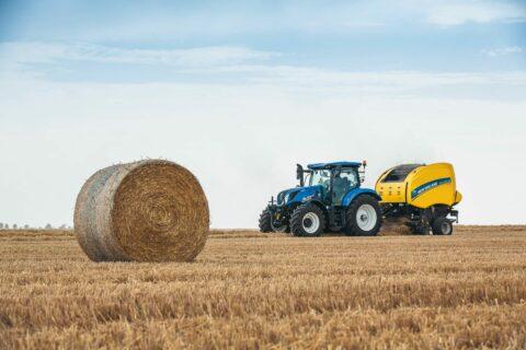 Tractor con transmisión Dynamic Command y empacadora